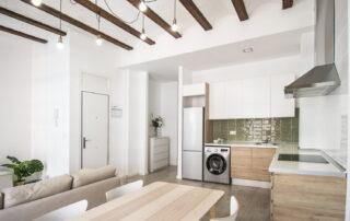 Recibidor, salón y cocina del piso reformado junto al Mercado de Ruzafa de Valencia