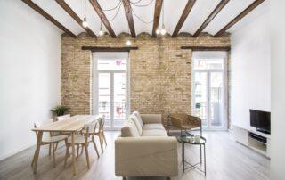 Decoración final del piso reformado - Salón, Muebles, suelos de parquet, vigas de madera en techo, paredes ladrillo piedra