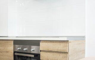 Reforma de la Cocina - Acabados, Muebles de cocina en madera, campana extractora, horno integrado