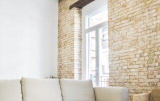 Reforma Integral de piso en Valencia - Detalles del Techo con vigas de madera, Ventanas, Sofá relax, suelo laminado parquet Empresa