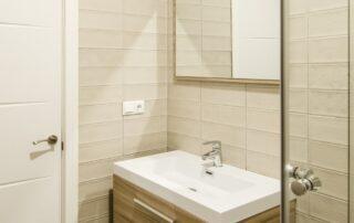 Reforma integral de baño en vivienda - Mueble de baño, grifería, mampara, espejo,
