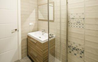 Reforma integral de baño en vivienda - Mueble de baño, grifería, mampara, espejo, plato de ducha