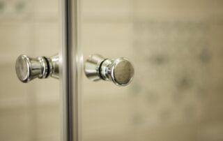 Detalle Mampara de baño - Pomo puerta