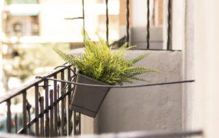 Vistas detalle del balcón de la vivienda reformada por Construtech en Mercado de Ruzafa de Valencia