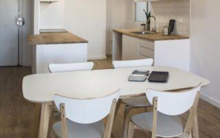 Mesa de salón reformado en piso de valencia zona serrería